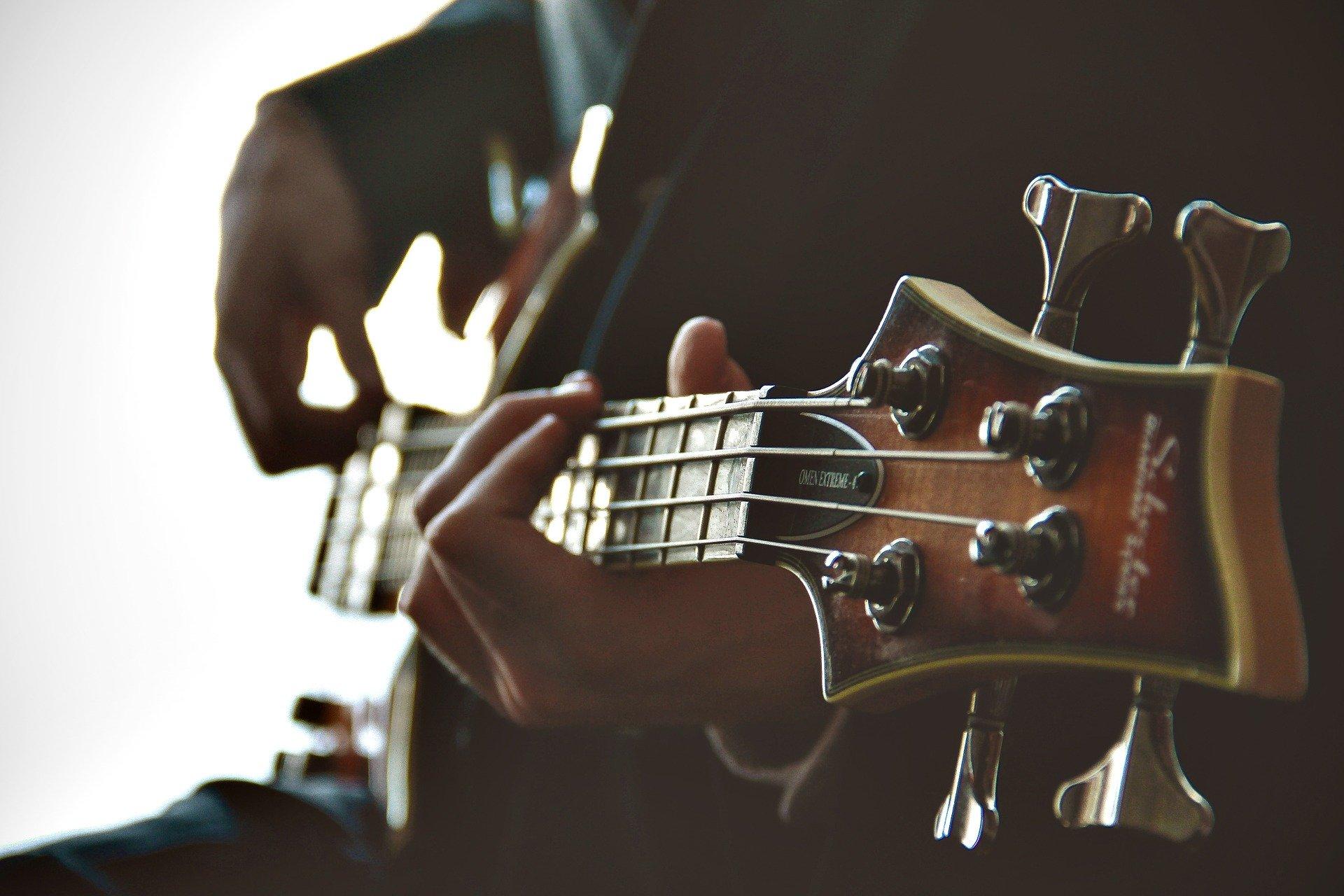 ベースギターを弾く人物の画像