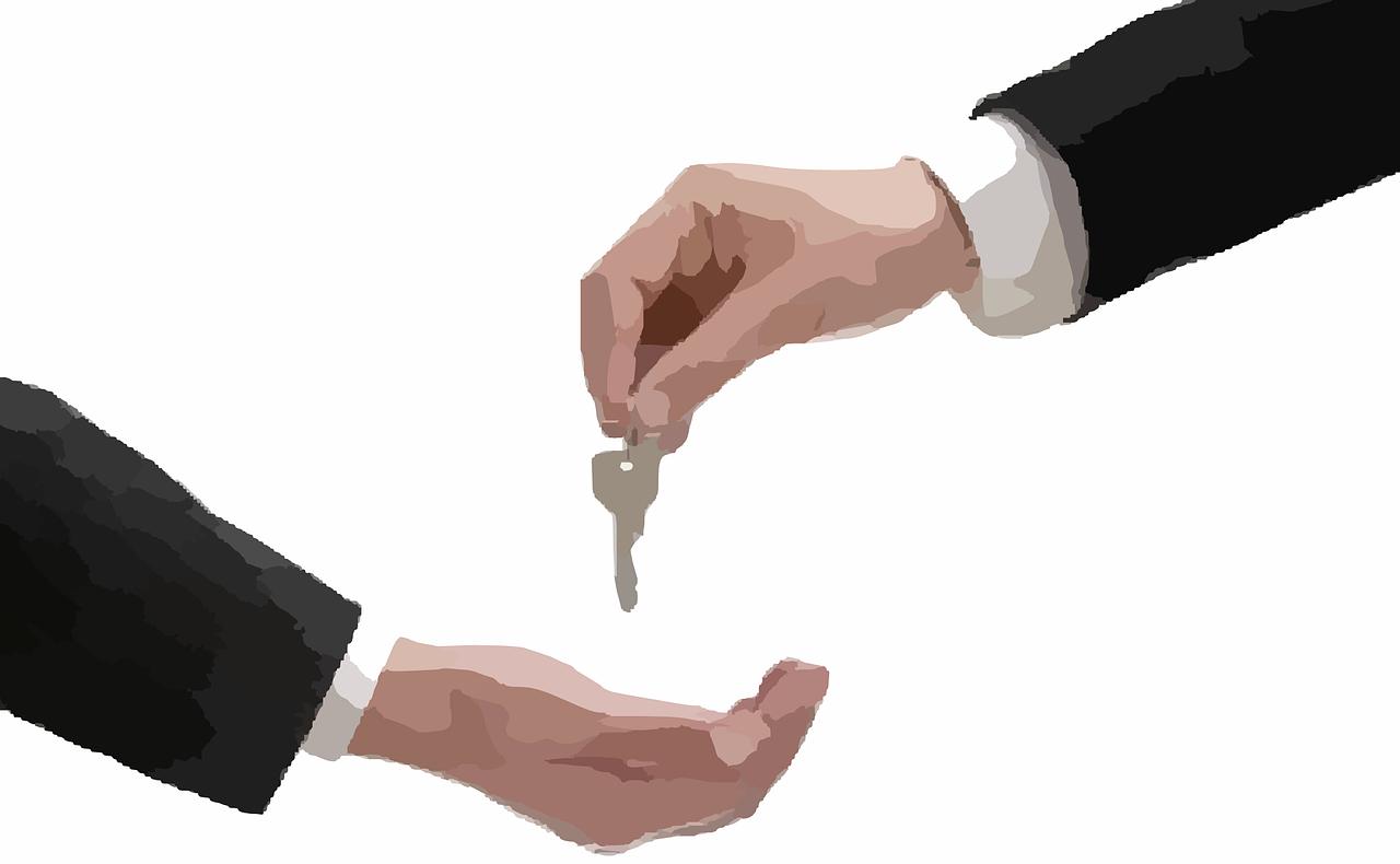 2人の手が上下から出て鍵を渡している画像