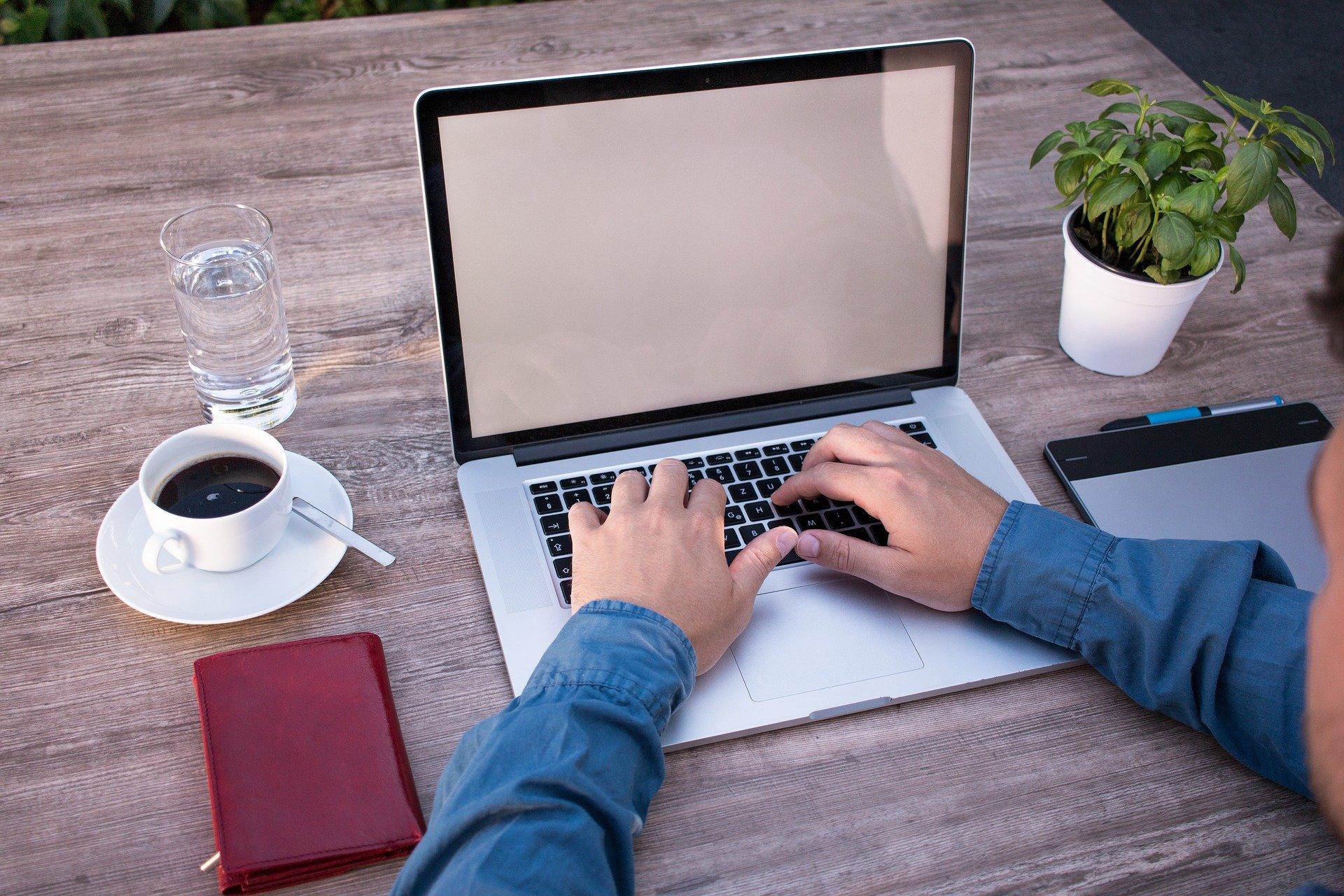 パソコンで仕事する男性