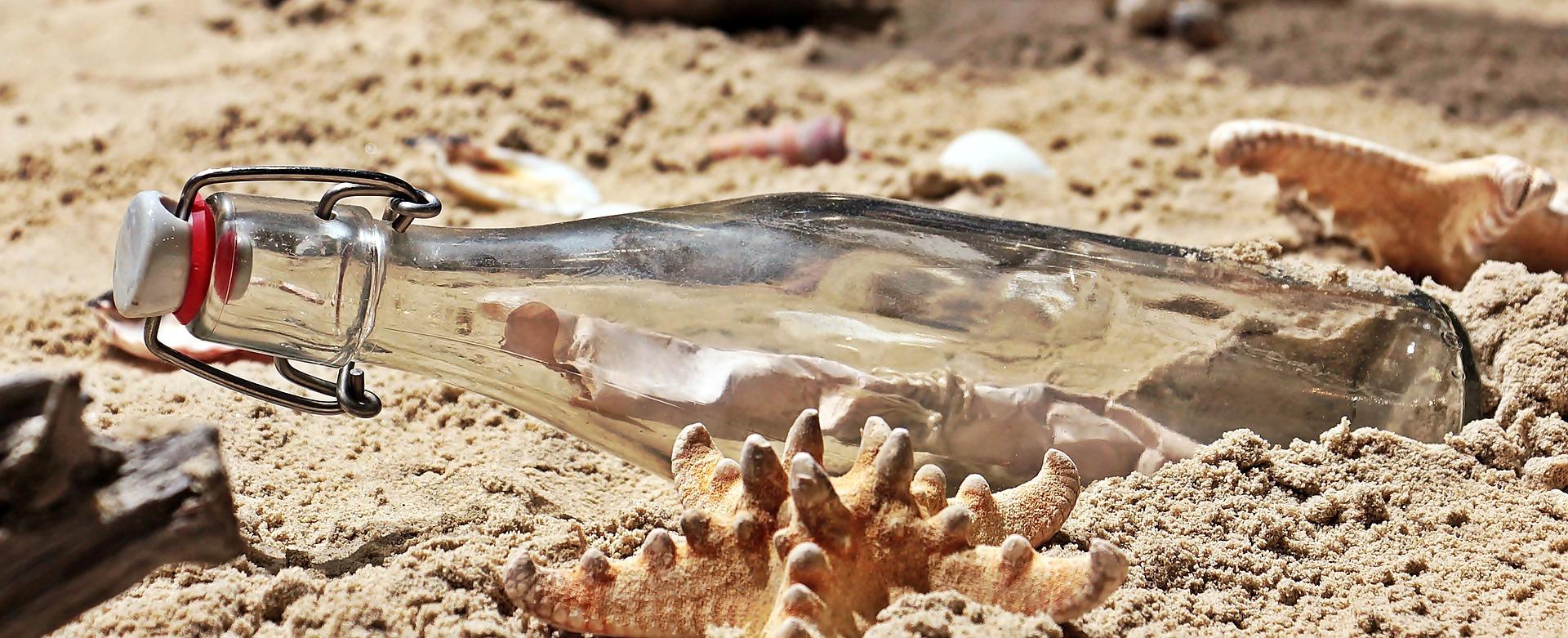 砂浜の上のメッセージボトル
